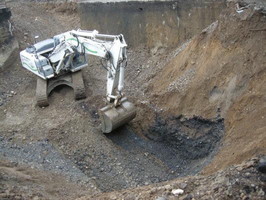Scavi in cantiere durante intervento di bonifica terreni inquinati - Parabiago - Milano