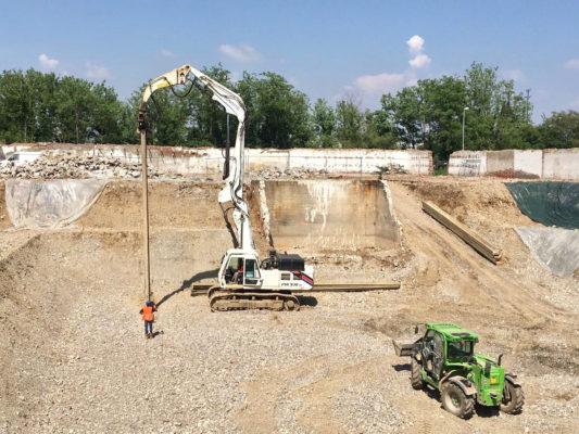 Scavi in cantiere durante intervento di bonifica terreni contaminati - Parabiago - Milano