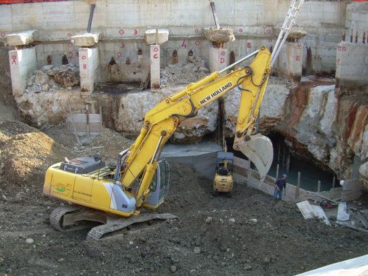 Scavo in cantiere per intervento di bonifica terreni contaminati - Paderno Dugnano - Milano