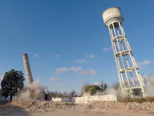 Fase di demolizione torre piezometrica e ciminiera area ex Tintotex - Parabiago - Milano