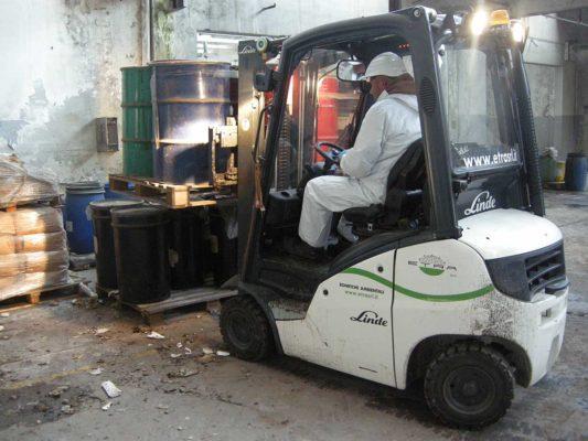 Movimentazione fusti contenenti rifiuti industriali - intervento di bonifica ambientale ex stabilimento Tintotex - Parabiago - Milano