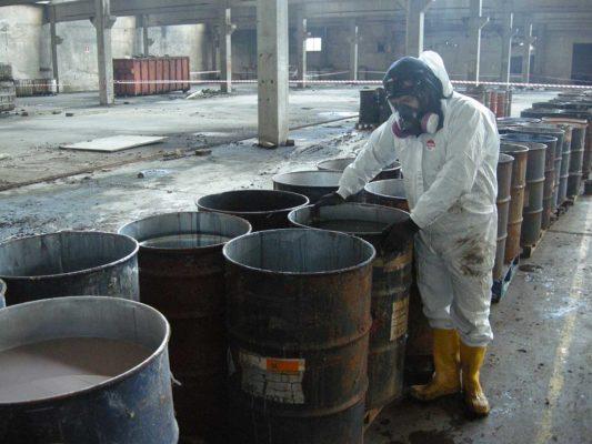 Intervento di rimozione e smaltimento fusti contenenti rifiuti industriali - bonifica stabilimento dismesso ex Tintotex - Parabiago - Milano