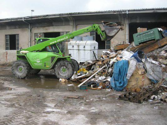Rimozione e smaltimento di rifiuti industriali vari durante bonifica ex stabilimento Tintotex - Parabiago - Milano
