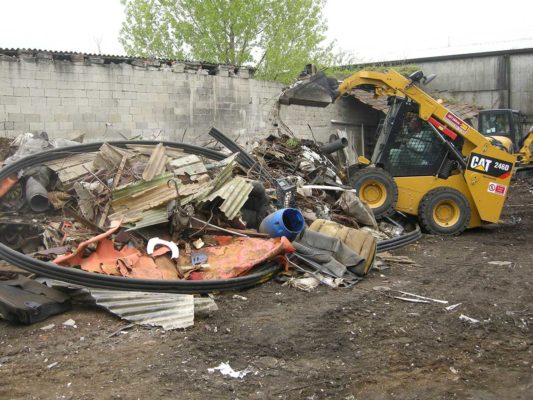Fase di rimozione rifiuti vari - discarica in area Milano Figino