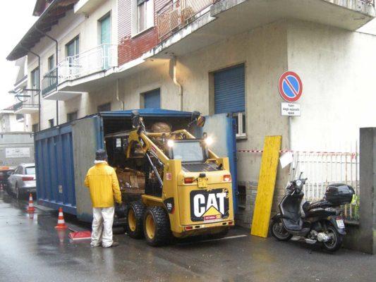 Fase di movimentazione per smaltimento di rifiuti vari da accumulo seriale Beinasco - Torino