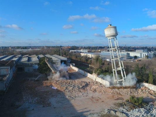 Fotografie aeree con drone: fase di demolizione torre piezometrica in area industriale ex Tintotex - Parabiago - Milano